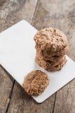 Chocoladeschilferkoekjes, schuimgebakje met barsten op een rustieke backgro stock foto's