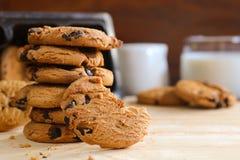 Chocoladeschilferskoekjes en melk op houten achtergrond Stock Foto's