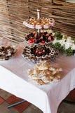Chocoladesnoepjes en gebakje op gelaagde platen worden gediend die Royalty-vrije Stock Afbeeldingen