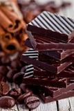 Chocoladesnoepjes, kaneel en koffiebonen Royalty-vrije Stock Foto