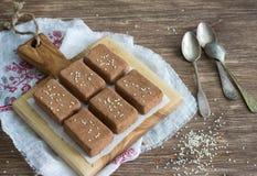 Chocoladesnoepjes met droge vruchten en sesamzaden Royalty-vrije Stock Afbeeldingen