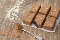 Chocoladesnoepjes met droge vruchten en sesamzaden Stock Foto's