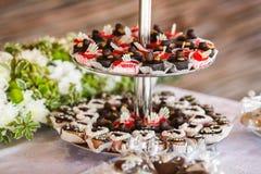 Chocoladesnoepjes op gelaagde platen worden gediend die Royalty-vrije Stock Foto