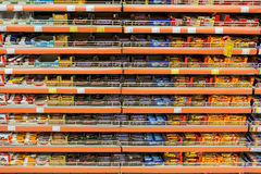Chocoladesnoepjes op Supermarktplank Royalty-vrije Stock Foto