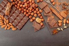 Chocoladestukken, cacaopoeder, kaneel, amandelen, hazelnoot, anis Stock Afbeeldingen