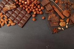 Chocoladestukken, cacaopoeder, kaneel, amandelen, hazelnoot, anis Stock Foto's