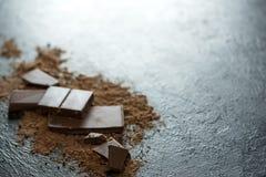 Chocoladestukken en cacaopoeder Royalty-vrije Stock Foto's