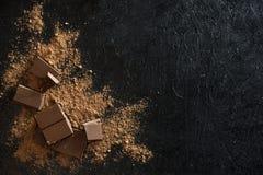 Chocoladestukken en cacaopoeder Royalty-vrije Stock Foto