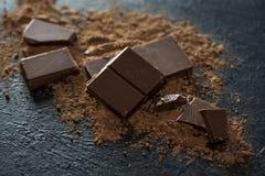 Chocoladestukken en cacaopoeder Royalty-vrije Stock Afbeeldingen