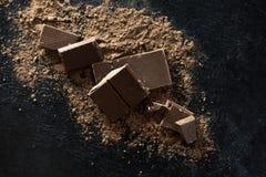 Chocoladestukken en cacaopoeder Stock Fotografie