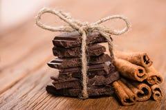 Chocoladestukken en pijpjes kaneel Royalty-vrije Stock Afbeeldingen