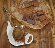 Chocoladestukken en stainer met cacaopoeder Royalty-vrije Stock Afbeelding