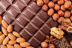 Chocoladestukken, hazelnoot, chocoladespaanders en okkernoten op dar Stock Afbeeldingen