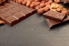 Chocoladestukken, hazelnoot, okkernoot, amandel, chocoladespaanders Royalty-vrije Stock Foto's
