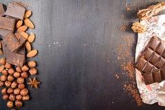 Chocoladestukken met cacaopoeder, hazelnoot, chocoladespaanders, Stock Foto