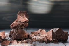 Chocoladestukken op een donkere backround Royalty-vrije Stock Foto's