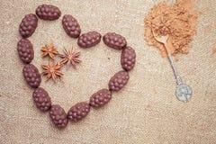 Chocoladesuikergoed met alcoholische drank in vorm van hart op achtergrond Stock Fotografie