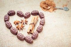 Chocoladesuikergoed met alcoholische drank in vorm van hart op achtergrond Royalty-vrije Stock Afbeelding