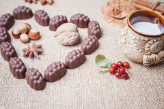 Chocoladesuikergoed met alcoholische drank in vorm van hart op achtergrond Royalty-vrije Stock Fotografie