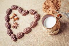 Chocoladesuikergoed met alcoholische drank in vorm van hart op achtergrond Stock Foto's