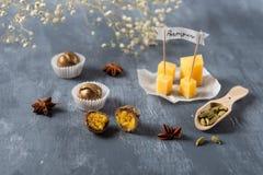 Chocoladesuikergoed met kaas en parmisan op de achtergrond Heerlijk suikergoed voor gastronomisch stock afbeelding