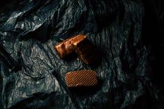 Chocoladesuikergoed op een zwarte achtergrond stock foto's