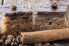 Chocoladetaartjes met koffie en kaneelclose-up Royalty-vrije Stock Foto
