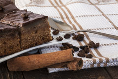 Chocoladetaartjes met koffie en pijpjes kaneel Royalty-vrije Stock Foto's