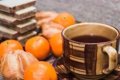 Chocoladewafels met thee, mandarijnen Royalty-vrije Stock Fotografie