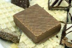 Chocoladewafels op een witte achtergrond stock fotografie