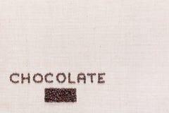 Chocoladewoord dat met koffiebonen wordt geschreven, die op de verlaten bodem worden gericht stock afbeeldingen