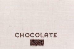 Chocoladewoord met koffiebonen wordt, in het centrum bij de bodem worden gericht geschreven die stock afbeelding