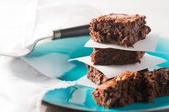 Chocoladezachte toffee brownies op een plaat wordt gestapeld die Royalty-vrije Stock Afbeelding