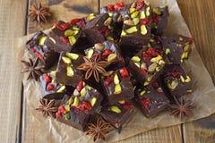 Chocoladezachte toffee met pistaches stock foto's