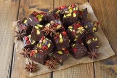 Chocoladezachte toffee met pistaches royalty-vrije stock foto