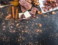 Chocolat和香料在黑桌上 库存照片