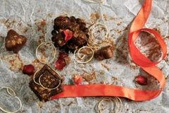 Chocolat épousseté avec du cacao et le ruban rouge Photographie stock