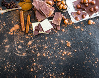 Chocolat και καρυκεύματα στο μαύρο πίνακα Στοκ Εικόνες