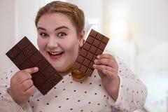 Chocolat admiratif de femme dodue avec plaisir Image libre de droits