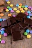 Chocolat amer et je-sais-tout enduits de couleur Images stock