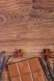 Chocolat au lait, bâtons parfumés de vanille et anis d'étoile, l'espace de copie pour le texte Photos libres de droits