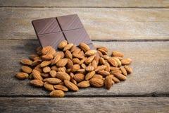 Chocolat avec l'amande sur en bois photo libre de droits