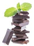 Chocolat avec la menthe d'isolement sur le blanc Images stock