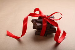 Chocolat avec le ruban rouge Photos stock