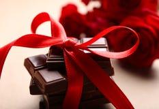 Chocolat avec le ruban rouge Image stock