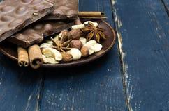 Chocolat, bâton de cannelle et assaisonnement sous forme d'étoile Photos stock