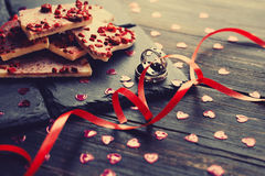 Chocolat blanc avec les framboises sèches Photographie stock