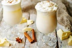 Chocolat blanc chaud décoré de la crème fouettée avec de la cannelle Photo libre de droits