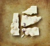 Chocolat blanc sur un vieux hachoir en pierre rustique Photo stock