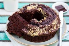 Chocolat bundt蛋糕 背景五颜六色木 图库摄影